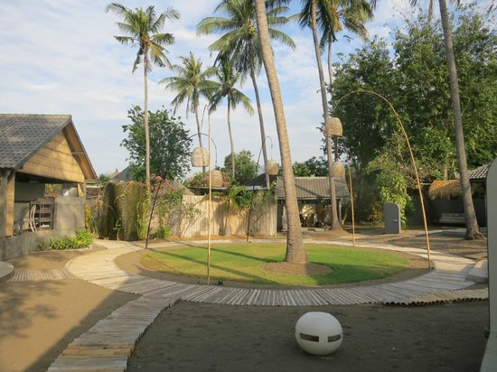 Lilin Lovina Beach Hotel : the courtyard as seen from our bungalow