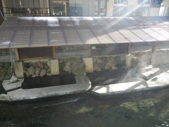 Manganji Onsen: 上から見た川湯と野菜洗い場、洗濯場