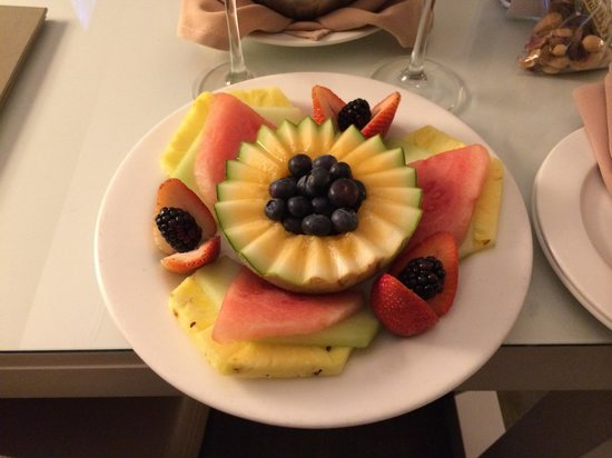 Luxe Sunset Boulevard Hotel : I liked the complementary fruit platter a lot!