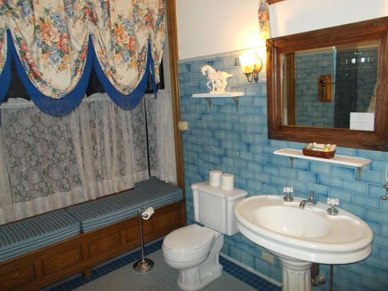 Glen Eyrie Castle & Conference Center: Room # 201 Bathroom