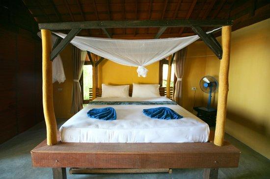 Mai Pen Rai Bungalows : beach bungalow inteior