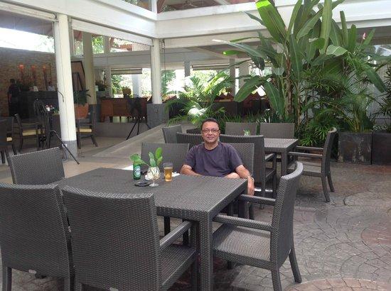 Laguna Holiday Club Phuket Resort: bar pool area