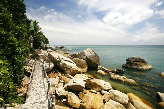 Mai Pen Rai Bungalows : rocks walkway