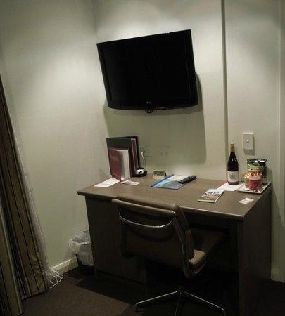Mantra Collins Hotel: Club Room Desk Area