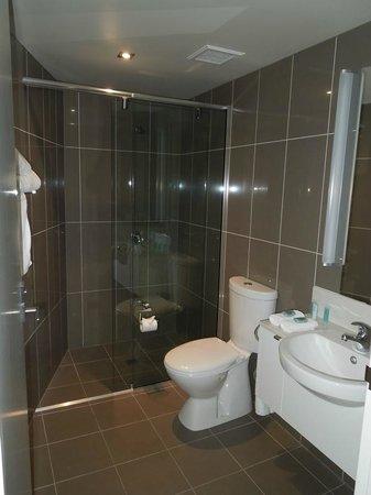 Mantra Collins Hotel: Club Room Bathroom