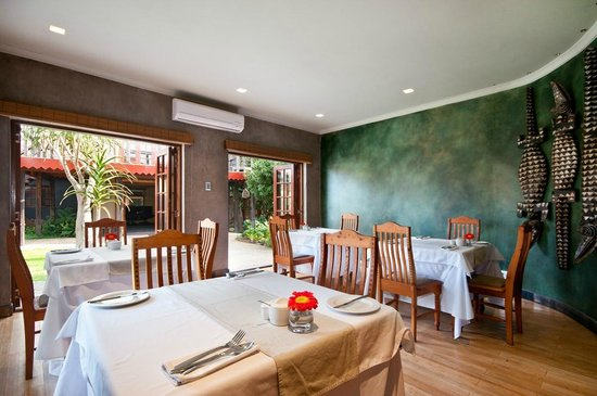 Singa Lodge: Breakfast in the dining room