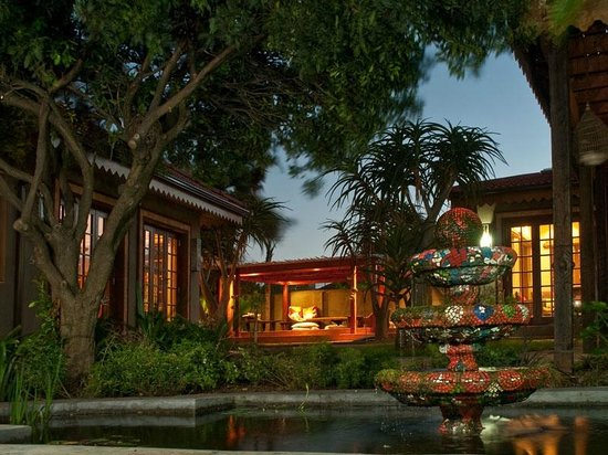 Singa Lodge: Singa at night