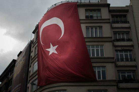 Süleymaniye-Moschee: Maxi bandiera su Piazza Taskin