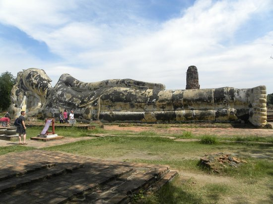 Temple of the Reclining Buddha (Wat Lokayasutharam) : Le grand Bouddha couché