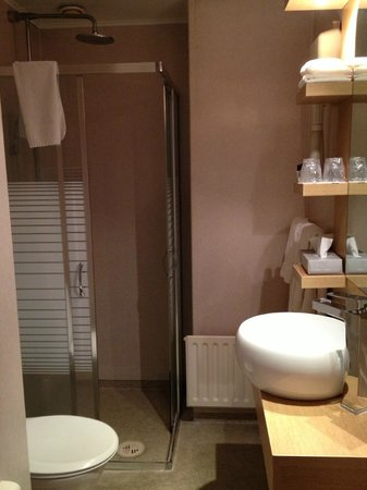 Fosshotel Raudara: Slightly cramped shower