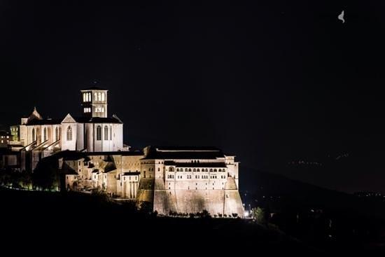 B&b Colle San Francesco : notturna sulla Basilica di San Freancesco vista da camera