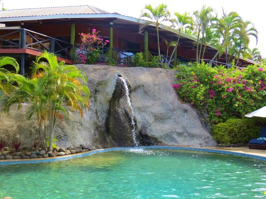 Wananavu Beach Resort: Very relaxing pool areas