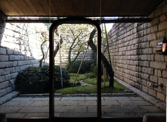 Shizuoka City Serizawa Keisuke Art Museum: 中庭
