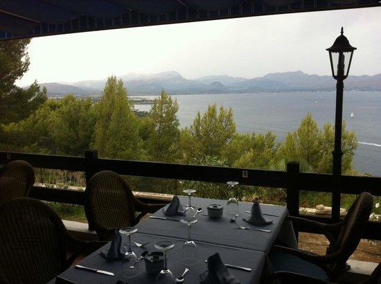 Mirador de la victoria : Table en terrasse et vue panoramique sur la baie