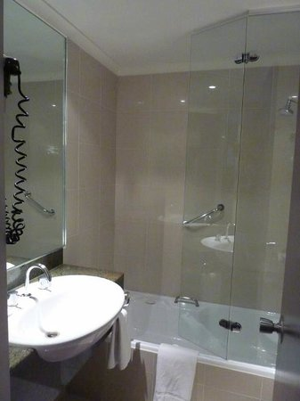 Rydges Melbourne Hotel : Bathroom with bath & shower