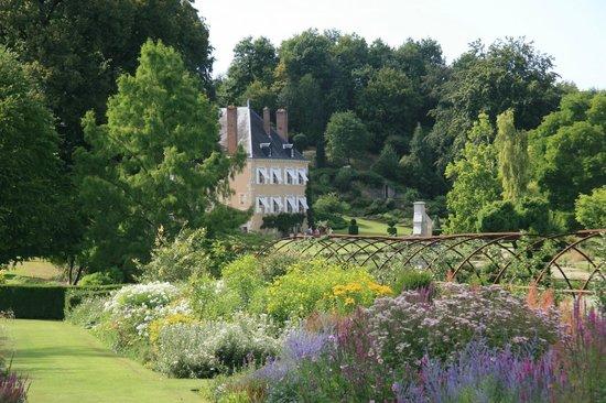 Jardin du Plessis Sasnieres: Le Château depuis l'Enclos fleuri