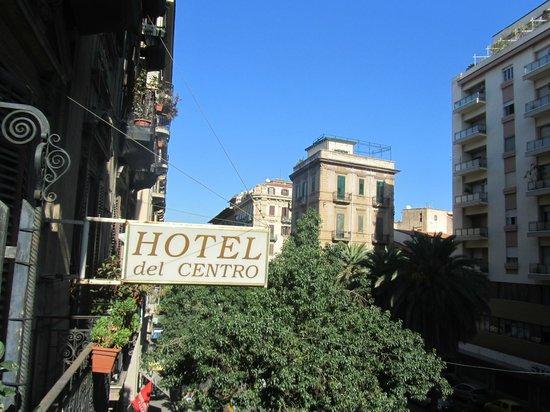 Hotel del Centro: vista parcial do quarto, de frente para a Via Roma