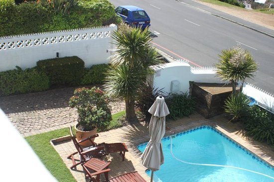 La Fontaine Guest House: Front garden and swimming pool