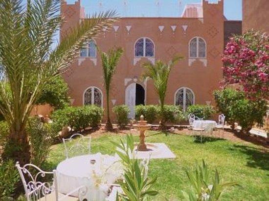 Dar Loubna : Jardin façade entrée