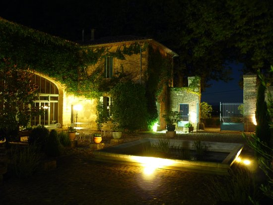 Le Mas des Oules : The courtyard at night.