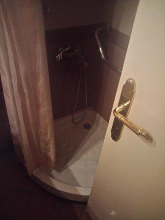 Achillion Hotel : поддончик, а за дверью прячется унитаз