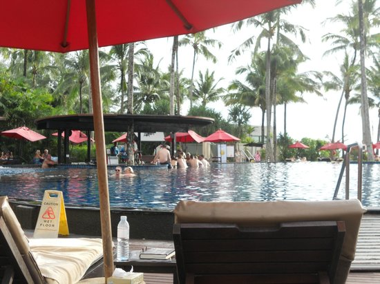 Ramada Khao Lak Resort : the pool facing the swim up bar