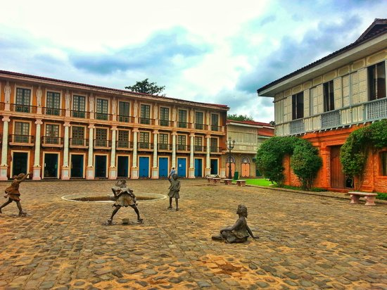 Las Casas Filipinas de Acuzar: Hotel Grounds and Casa Escolta