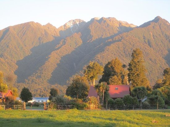 Mount Cook View Motel: Evening view from the Cottage