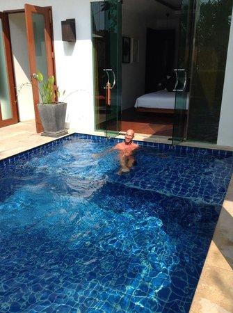 La Flora Resort Patong: Détente dans la piscine