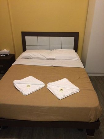 Central Private Hotel : Small but comfortable bed