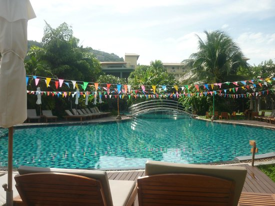Metadee Resort and Villas : Main pool area, lounges and umbrellas for use by all