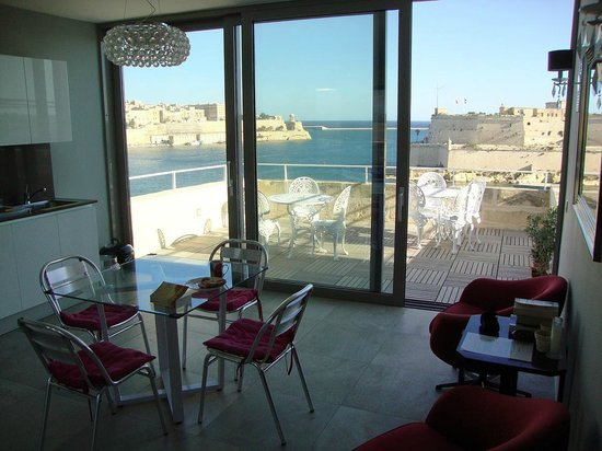Sally Port Senglea: Common area and roof terrace with view