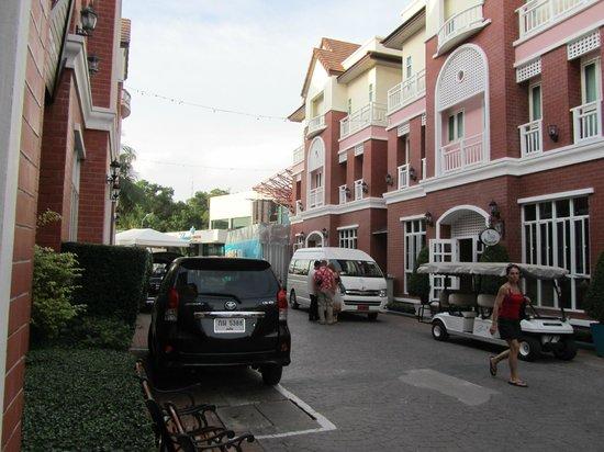 Phuket Chaba Hotel: улица, где расположен отель