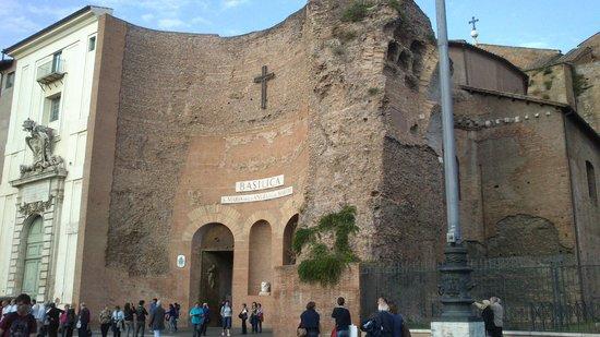 Basilica di Santa Maria degli Angeli e dei Martiri: Базилика Санта Мария дельи Анджели. Вид снаружи