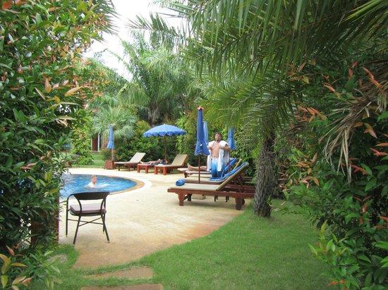 Phuket Chaba Hotel: территория отеля