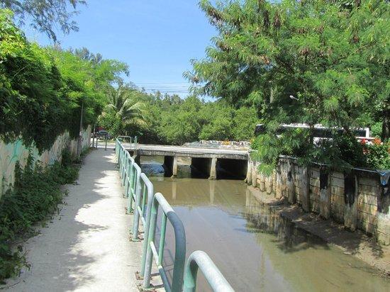 Phuket Chaba Hotel: дорога на пляж