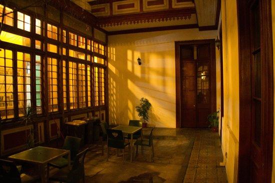 La Casa Roja Hostel: Patio intérieur / Couloir dortoir