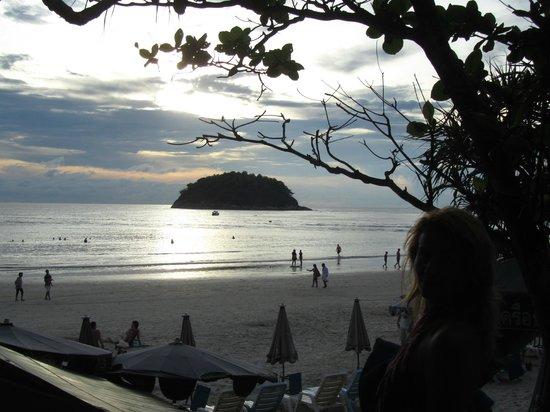 Phuket Chaba Hotel : вечер на пляже ката