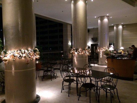 City Garden Suites: Restaurant au sommet de la tour city garden avec superbe vue sur Makati