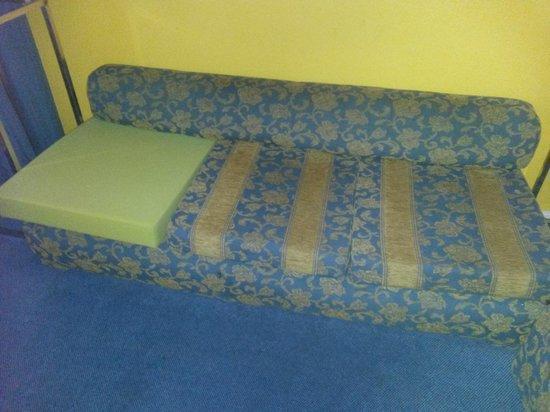 Sercotel Apartamentos Eurobuilding 2: sofá roto con una espuma