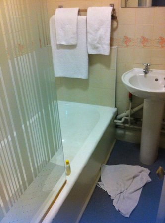 Astor Court Hotel: dirty towels from prior user behind the door