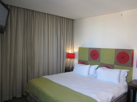 Strand Tower Hotel: Comfortable King Sized Bed