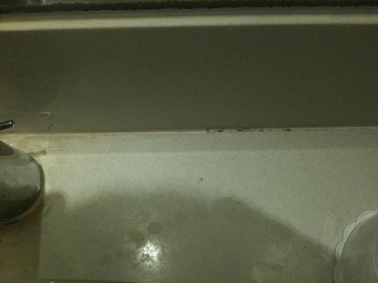 Holiday Inn Express Phuket Patong Beach Central : mould by sink