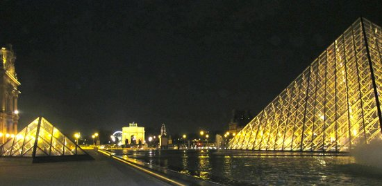 L'Empire Paris : Louvre at night