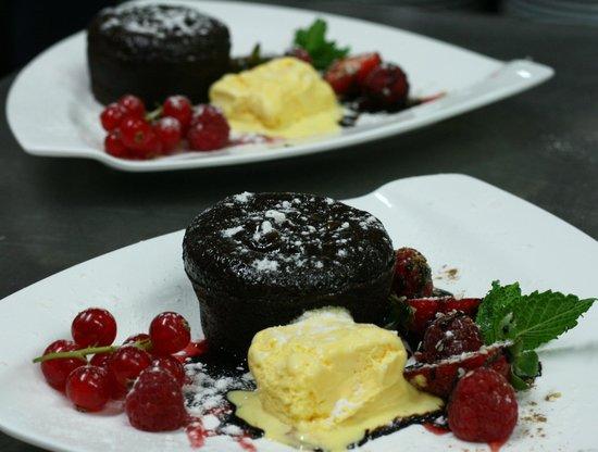 Restaurant Marsol: Coulant de chocolate con biscuit de vainilla y coulis de fresa_Restaurante Marsol Lloret