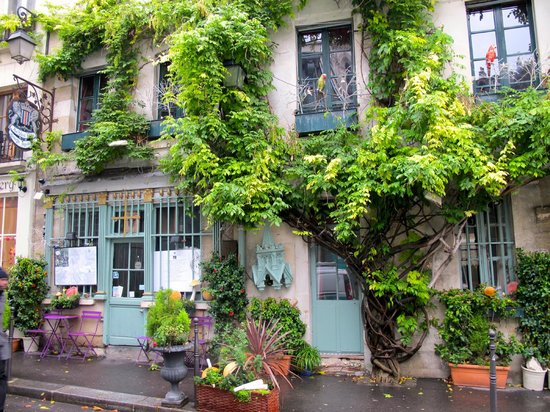 L'Empire Paris : Nearby side street near Notre Dame