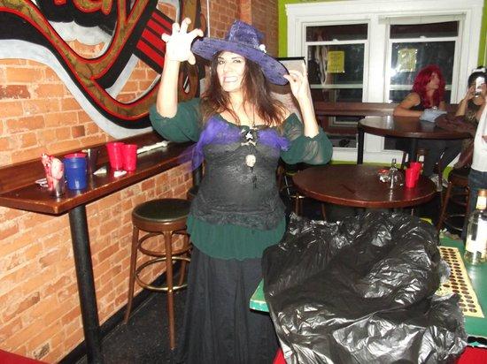 Lucky D's Hostel : Jacqueline (Jackie) - Une des responsables dans la salle de vie - Durant Halloween je vous rassu