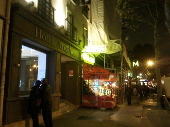 Arcadie Montparnasse: en la misma puerta hay un minimarché y la boca del metro.