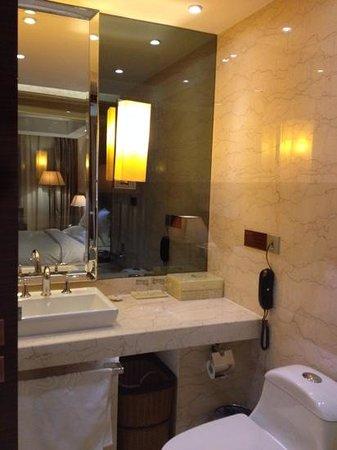 Beijing Regal Hotel Building A: bath room