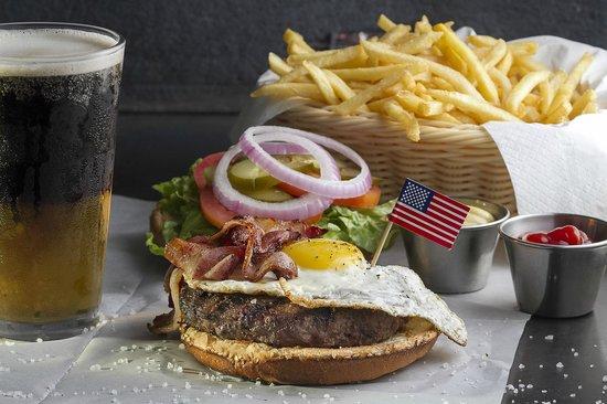 Bourbon Street Herzliya: sunnyside up egg on a burger with a black and tan